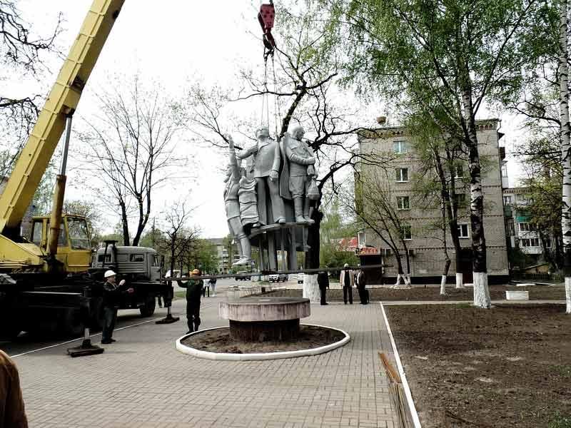 В Брянске вернули испорченный вандалами памятник «Весна 45-го»