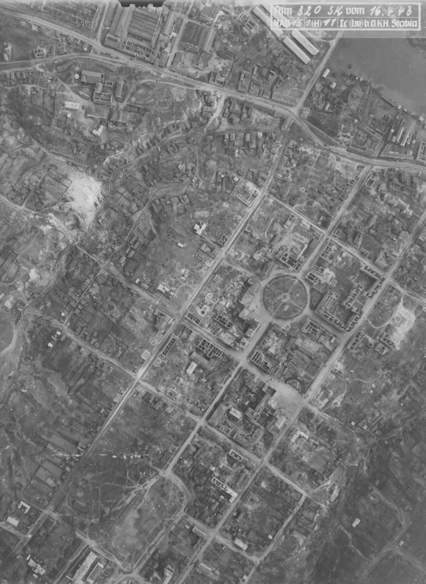 Центр Брянска и Рождественская гора после бомбёжки в апреле 1943