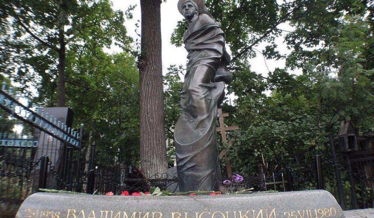 Памятник с крестом Жуковка Мемориальный одиночный комплекс из двух видов гранитов Ишимбай