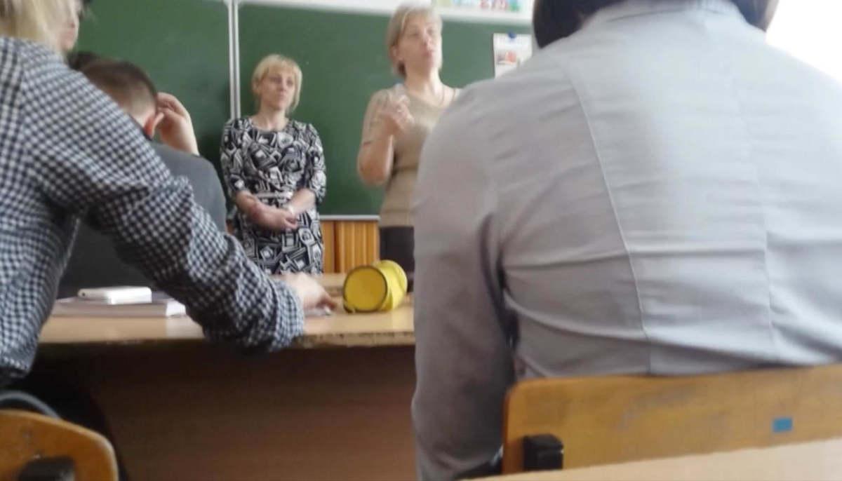 Директор школы в Погарском районе побеседовала с учениками о Навальном и Путине. Теперь её требуют уволить