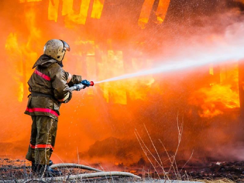 Картинка как пожарные тушат пожар