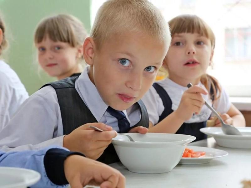 Этими же картами можно будет расплачиваться за еду в школьной столовой.