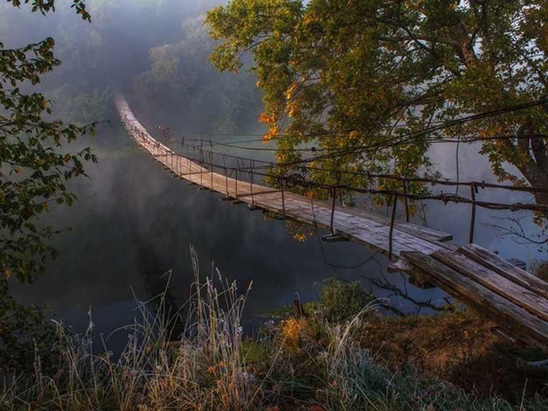 Подвесной мост в Хотылёво превращается в решето