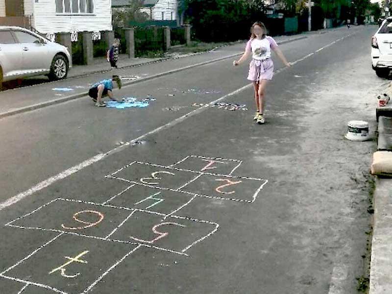 Брянцы испугались за детей, которые играли на проезжей части