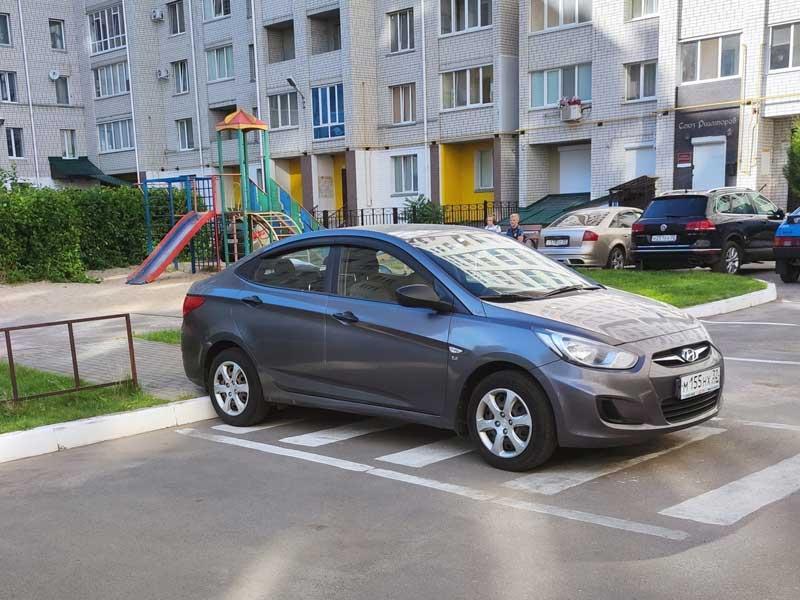 В Брянске сфотографировали автохама на парковке