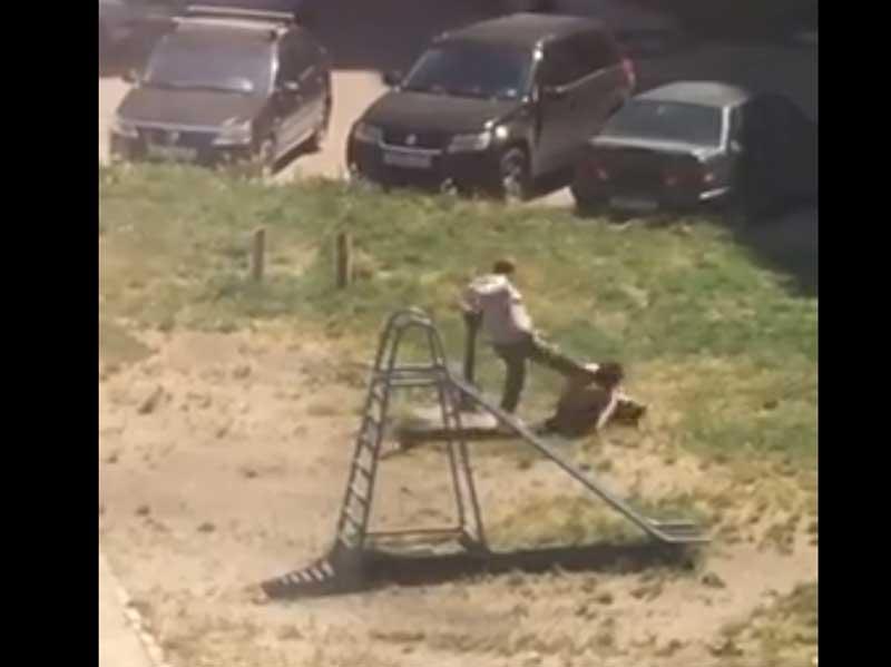 В Брянске сняли видео с жестокой дракой женщин во дворе многоэтажки