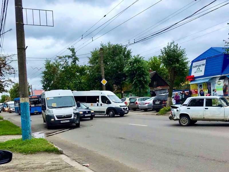 Возле Бежицкого рынка в Брянске произошло столкновение маршрутки и легкового автомобиля