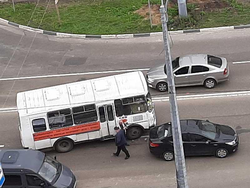 В Брянске на улице Крахмалева произошло ДТП с участием катафалка