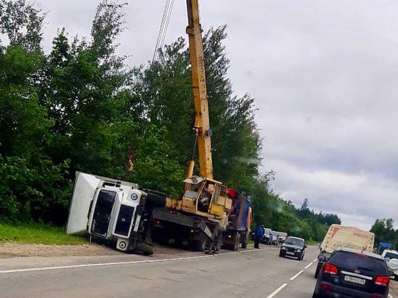 В Дятьковском районе, перевернувшийся грузовик пришлось поднимать при помощи крана