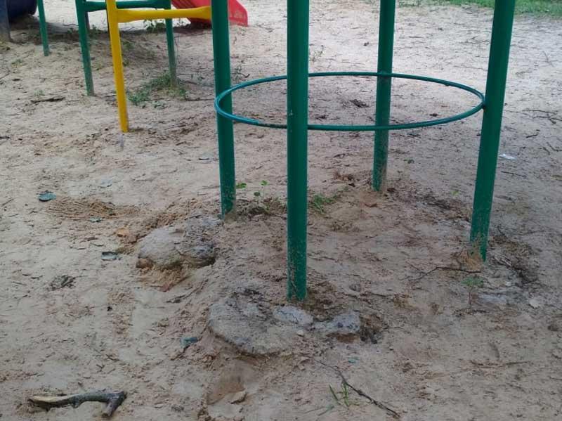 Жители Дятькова пожаловались на опасную детскую площадку