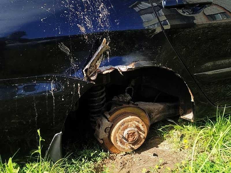 У иномарки варварски скрутили колеса в Брянской области