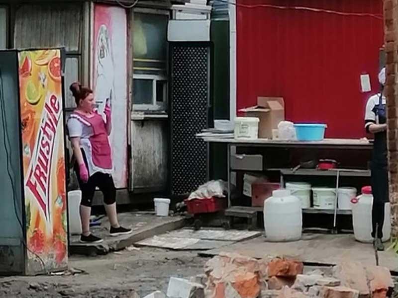 Жителей Брянска шокировала антисанитария около ларька с шаурмой
