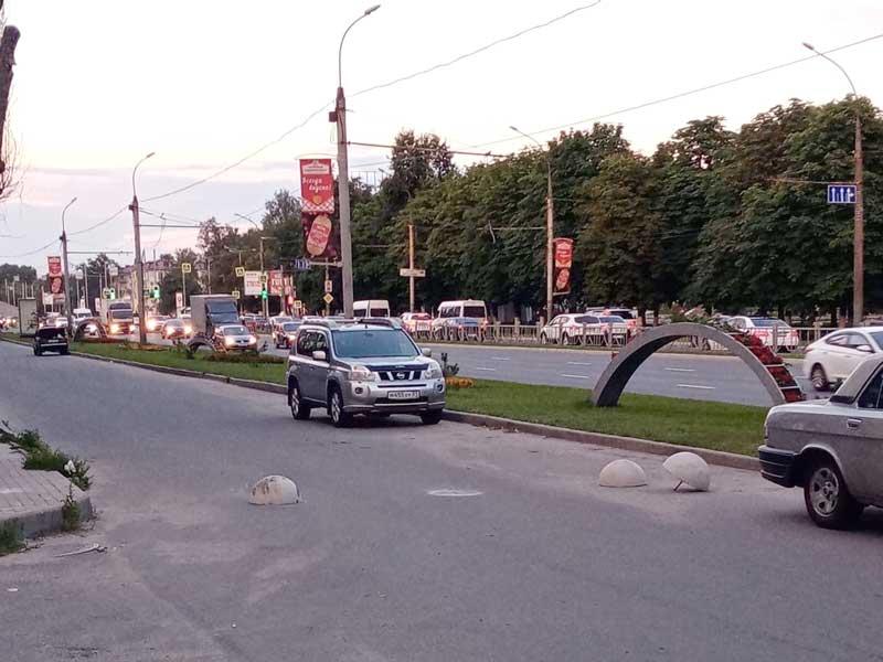 Брянцы самовольно демонтировали защитные полусферы на проспекте Московском