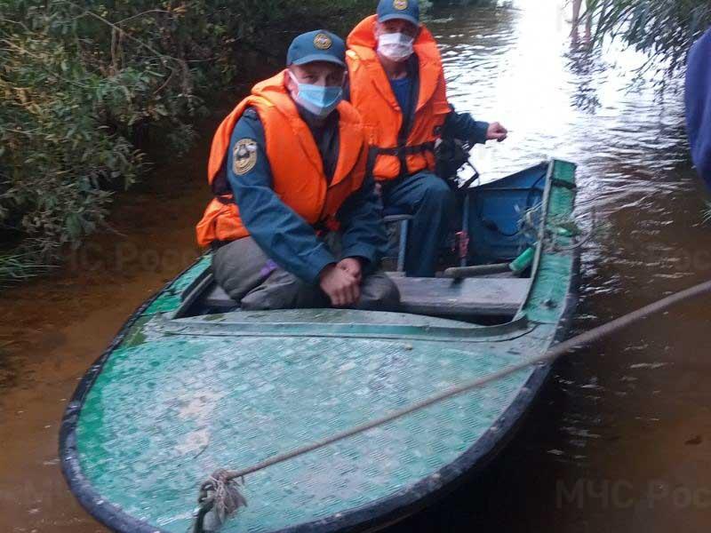 Жители села Барановка вынуждены плавать на лодке из-за потопа