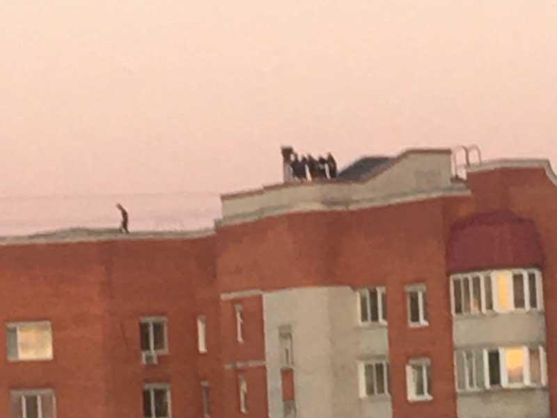 Брянские подростки устроили шумные гулянки на крыше многоэтажки