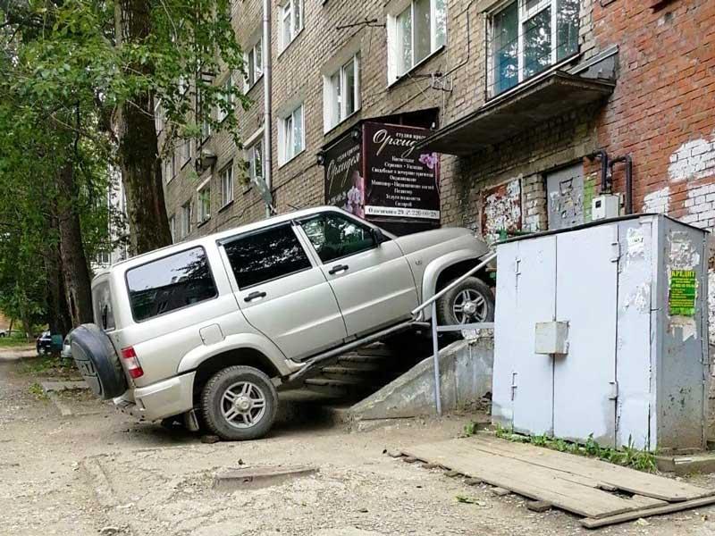 В Брянске «УАЗ» почти припарковался в подъезде