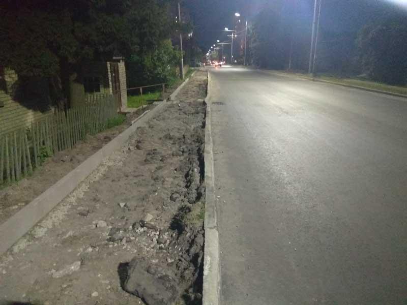 В Брянске на улице Фокина людей вынудили ходить по проезжей части