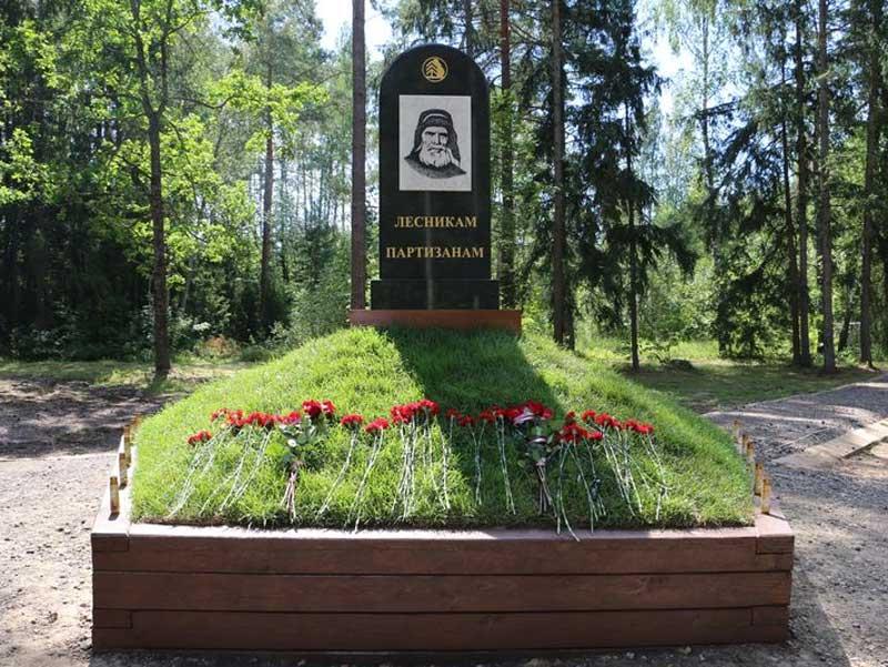 Под Брянском открыли первый в России памятник лесникам-партизанам