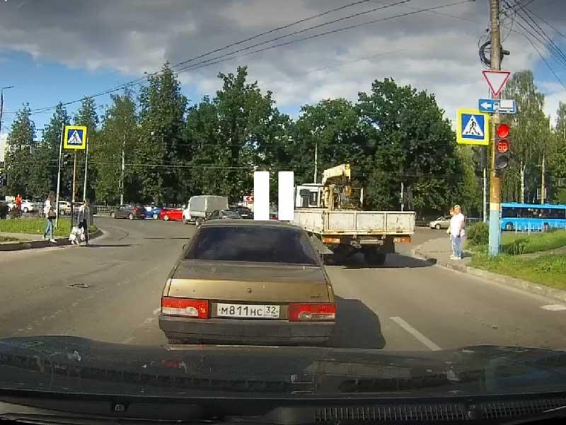В Брянске на Горбатова два автохама устроили дорожное безумие
