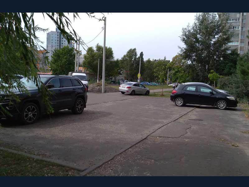В Брянске автохамы оккупировали тротуар возле гимназии №5