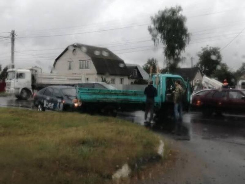 В Брянске такси «Uber» протаранило грузовик на Литейной