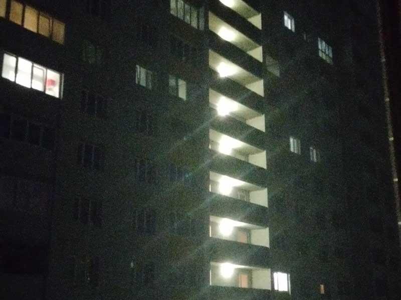 В Брянске жителям многоэтажки устроили пытки ярким светом