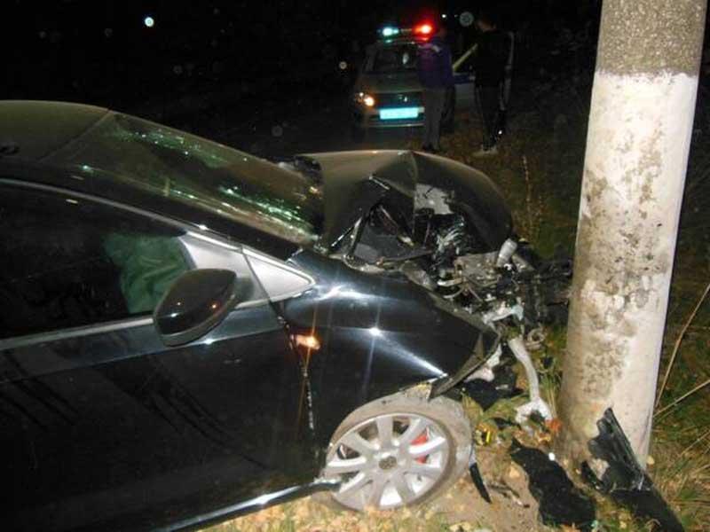 В Карачеве пьяный водитель сбил велосипедистку и влетел в столб