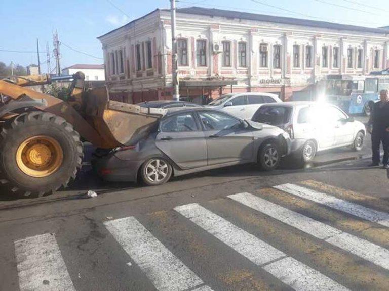 В Брянске грейдер смял ковшом легковушку в массовом ДТП на Набережной