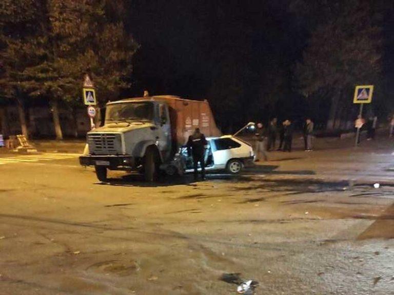 В Клинцах грузовик превратил легковой автомобиль в кучу металлолома