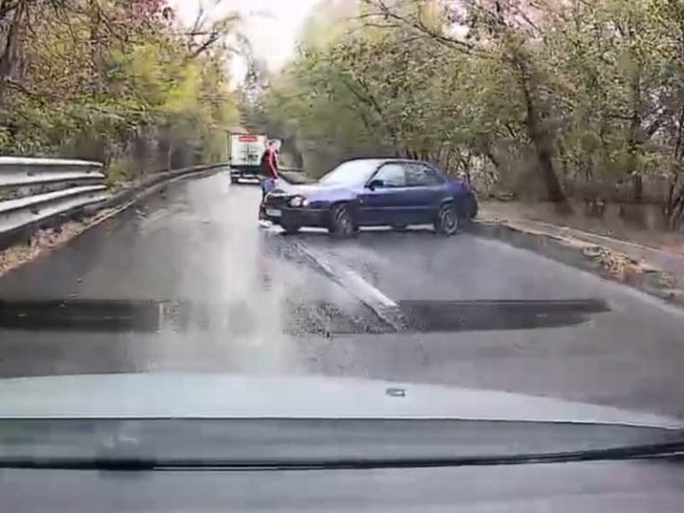 В Брянске легковушка перекрыла дорогу на улице Красноармейской