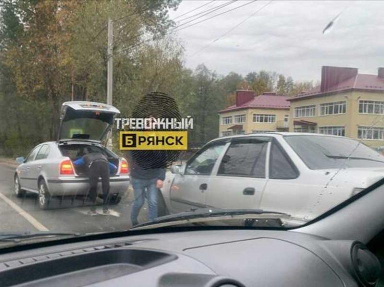 В Брянске столкнулись две иномарки на улице Почтовой