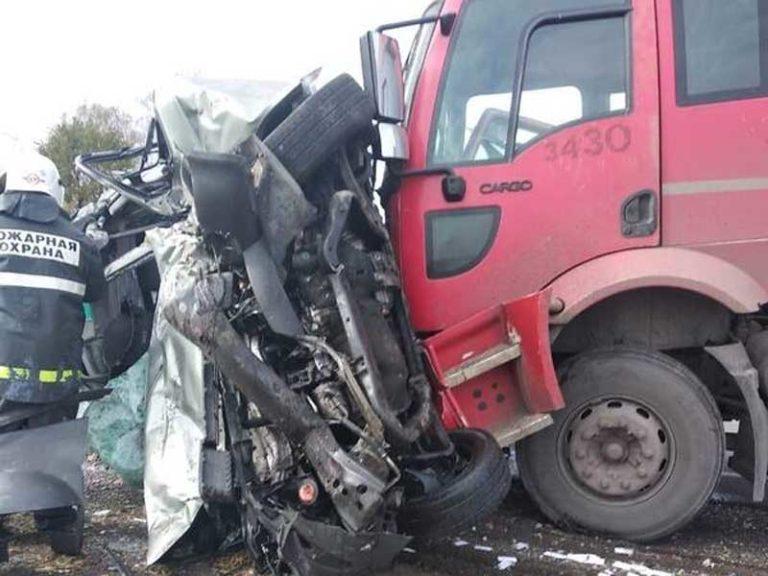 Три человека погибли в жутком ДТП с грузовиком под Севском