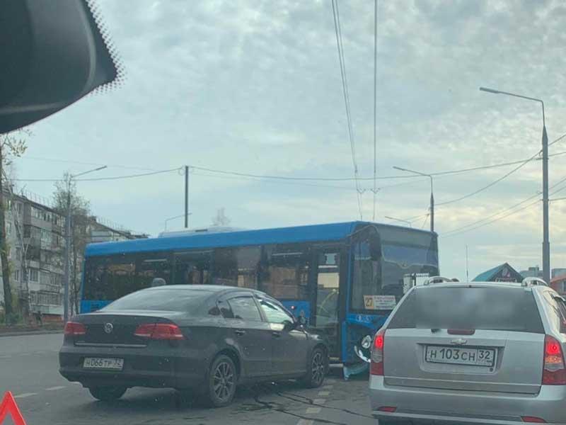 На улице Авиационной иномарка влетела в автобус №27