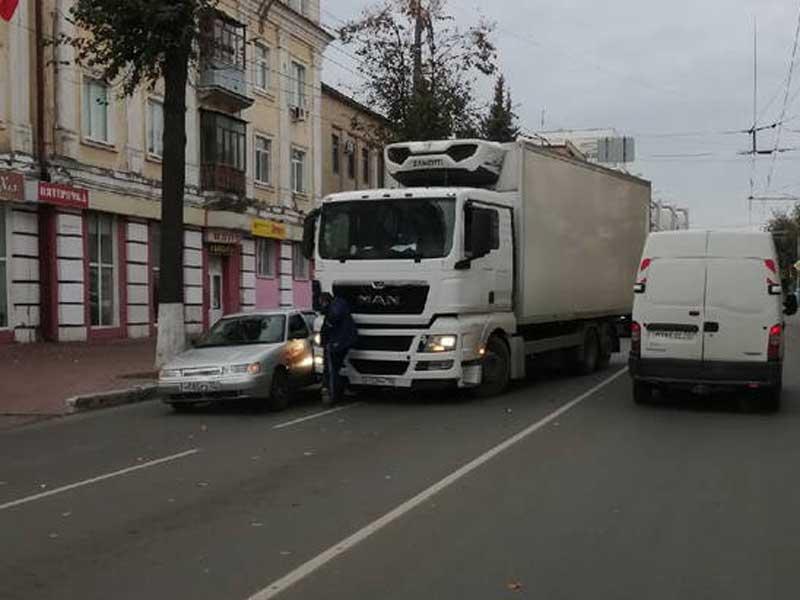 В Брянске на улице Фокина столкнулась фура и легковой автомобиль