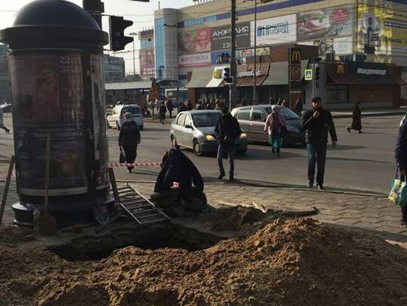 В Брянске возле «БУМ-сити» разрыли огромный котлован