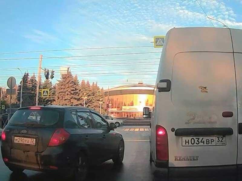 В Брянске возле цирка сняли на видео гонщика