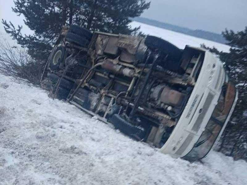 В Навлинском районе автобус вылетел в кювет и перевернулся