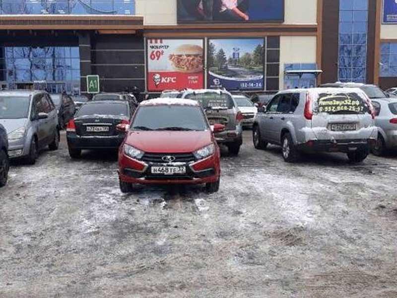В Брянске сняли на фото короля парковки возле ТРЦ«Аэропарк»