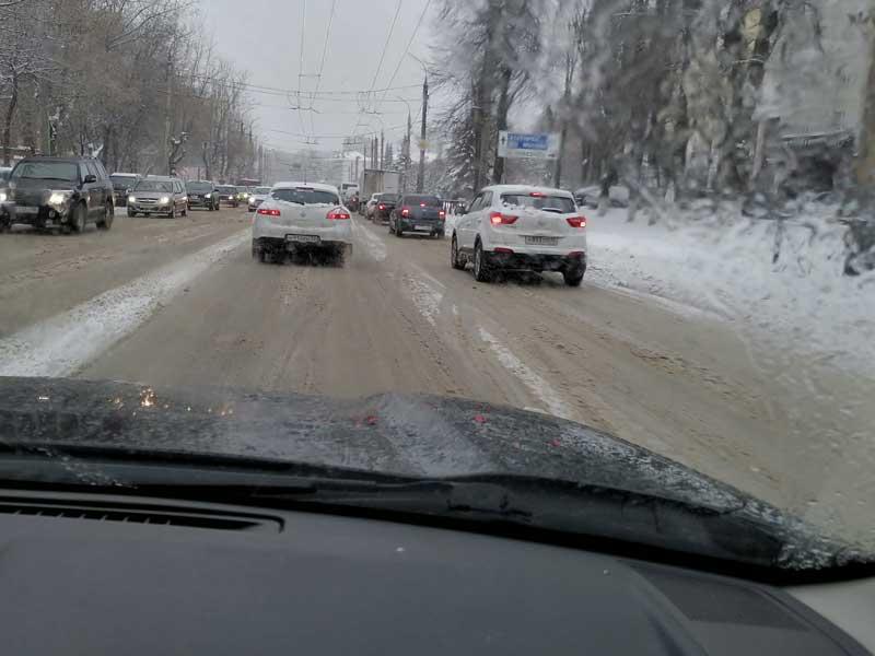 В Брянске 28 комбинированных машин убирают снег с улиц, но водители их не видят