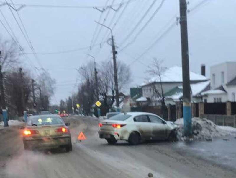 В Брянске легковой автомобиль влетел в столб возле школы №20