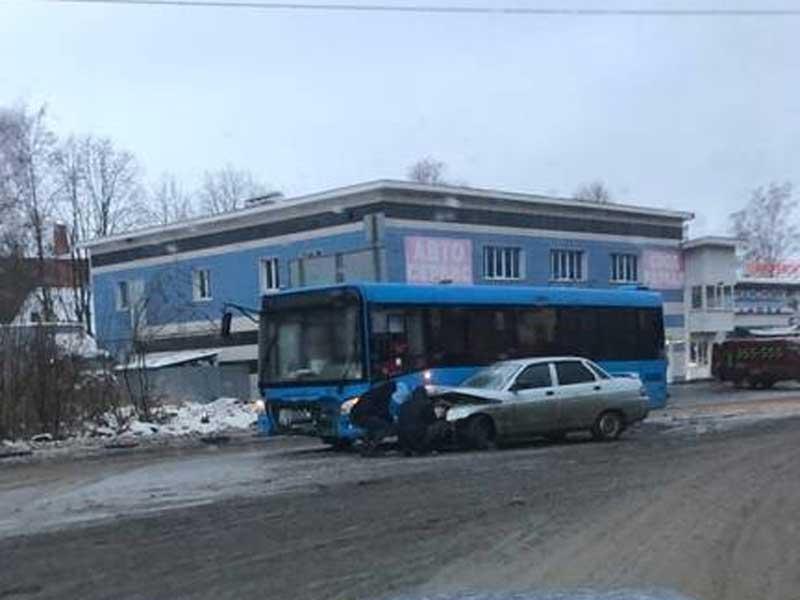 В Брянске на Флотской столкнулся автобус и легковой автомобиль