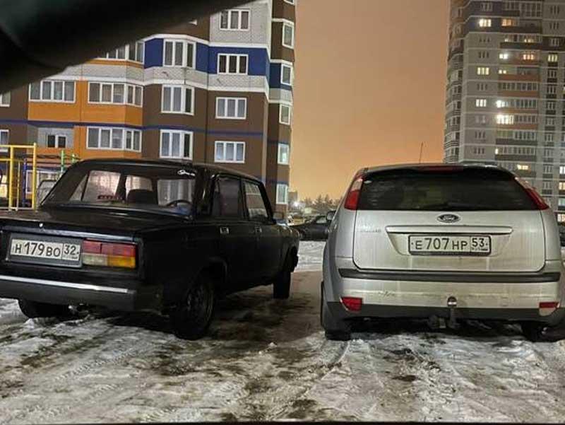 В Брянске сняли на фото наглую парковку двух автохамов