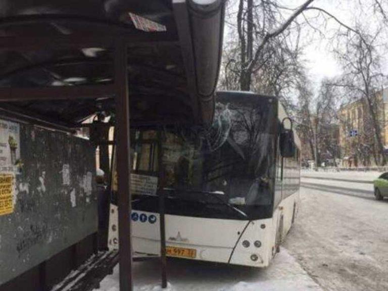 В Брянске автобус протаранил остановку «Молодежная»