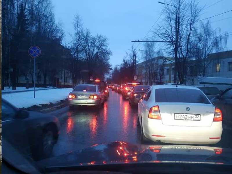 Брянские водители пожаловались на огромную пробку на Советской