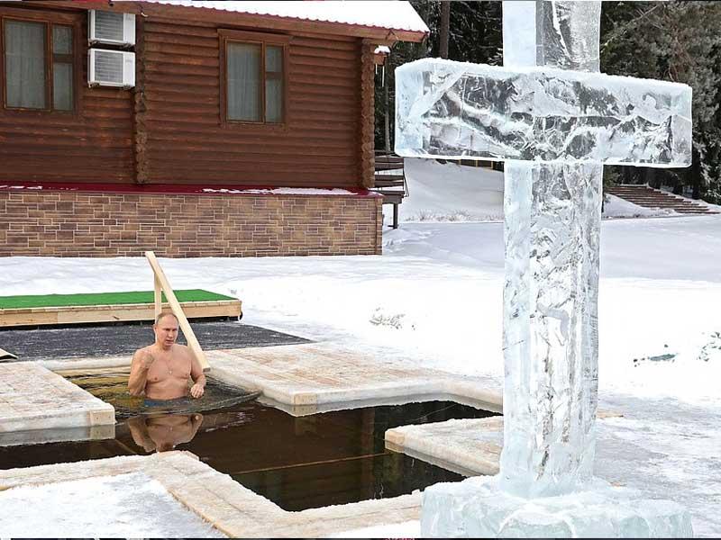 Президент России совершил Крещенские купания