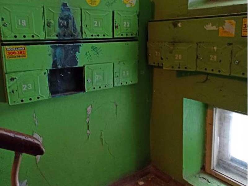 В Брянске сняли на фото разруху в подъезде дома ветерана Великой Отечественной войны