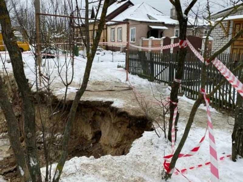 В Брянске вырытая коммунальными службами траншея может поглотить жилые дома
