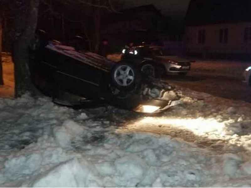 В Брянске перевернулась иномарка, водитель которой уходил от полицейской погони