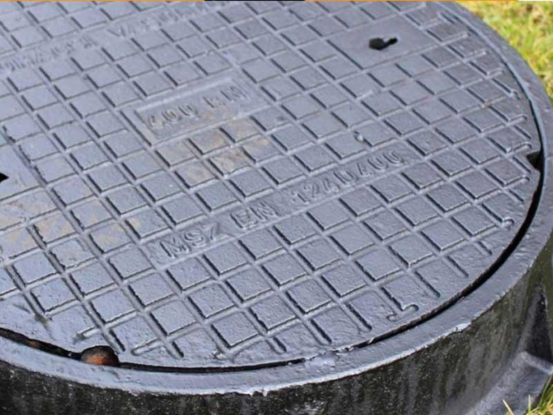 Двум жителям Погара удалось украсть 3 крышки канализационных люков
