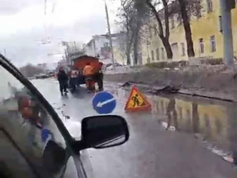 В Брянске дорожники начали ремонтировать утонувшие разбитые дороги